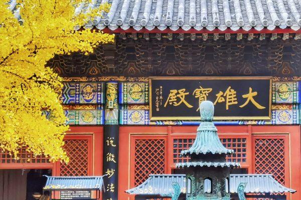 Cái tên Hồng Loa bắt nguồn từ sự tích: Khi xưa, tại khu vực của chùa có hai con ốc xoắn đã phát ra ánh sáng màu hồng trong bóng đêm.